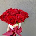 cutie-cu-9-trandafiri-rosii.png